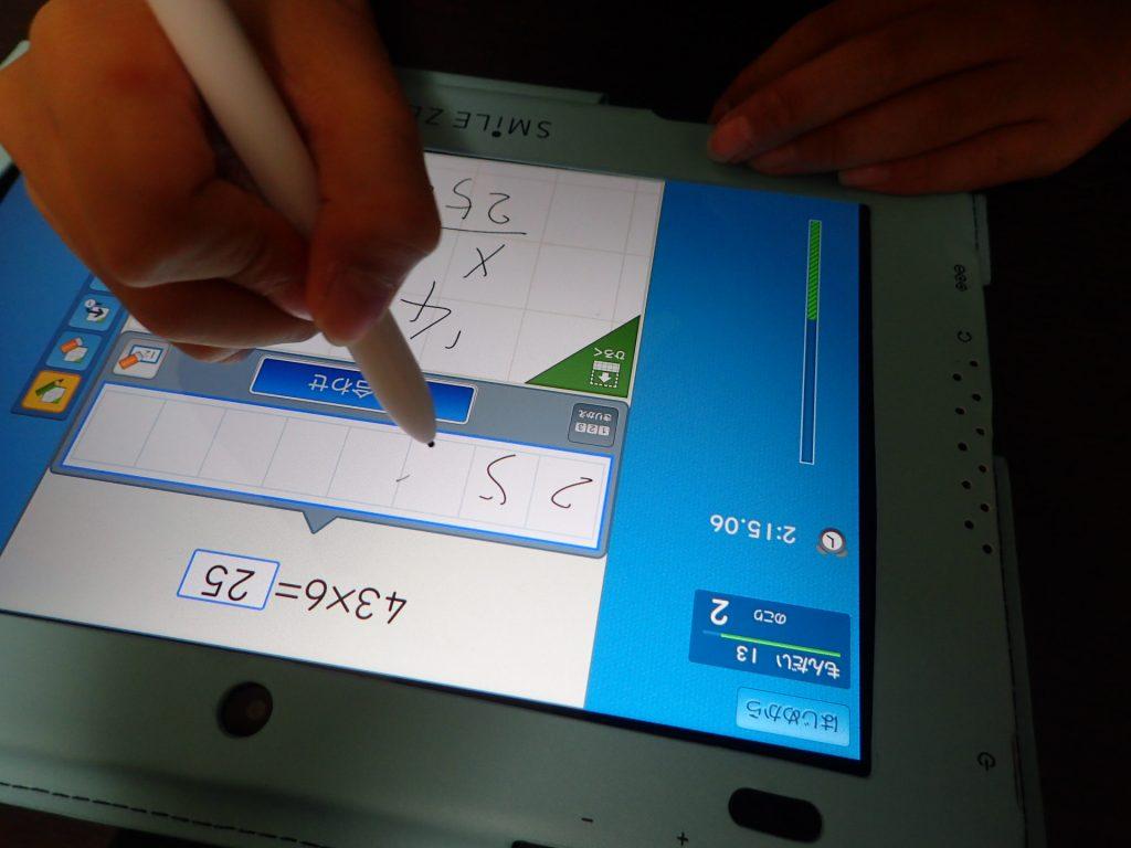 スマイルゼミタブレットに、ひっ算を書いた画像