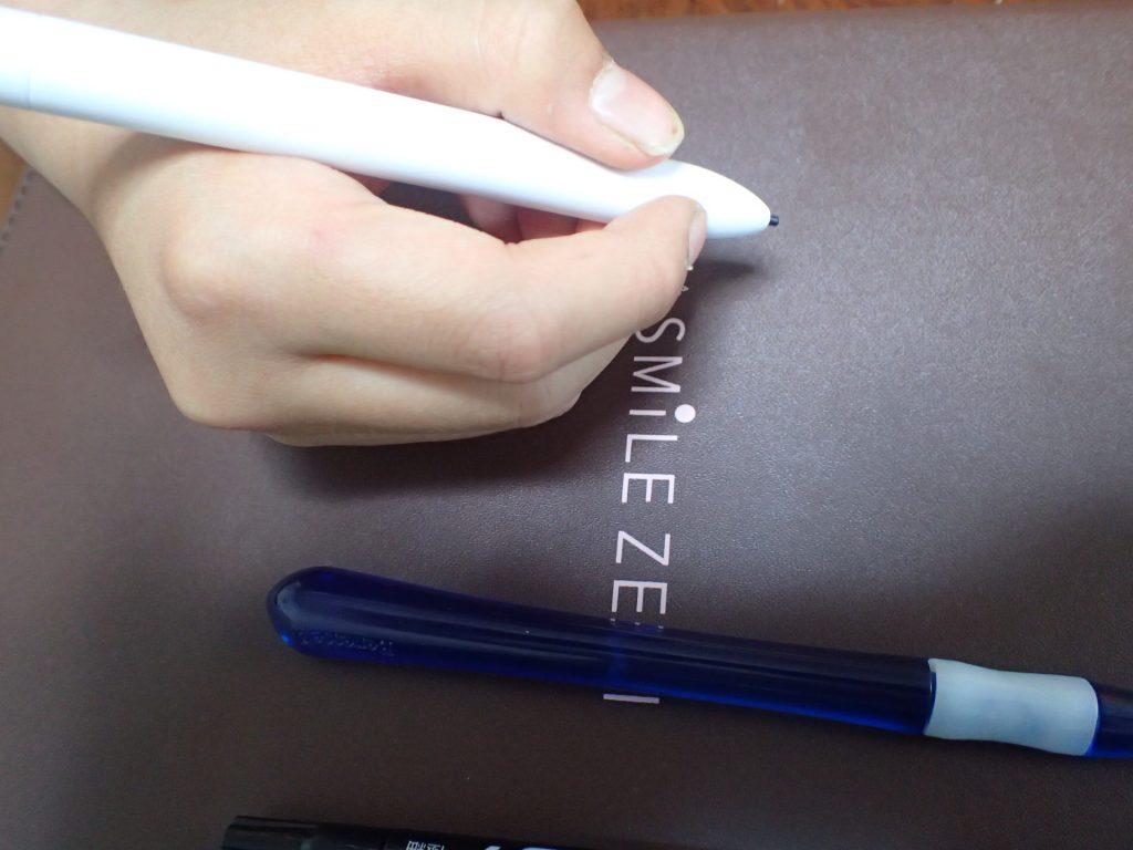 スマイルゼミのタッチペンを小4男児が持っている画像